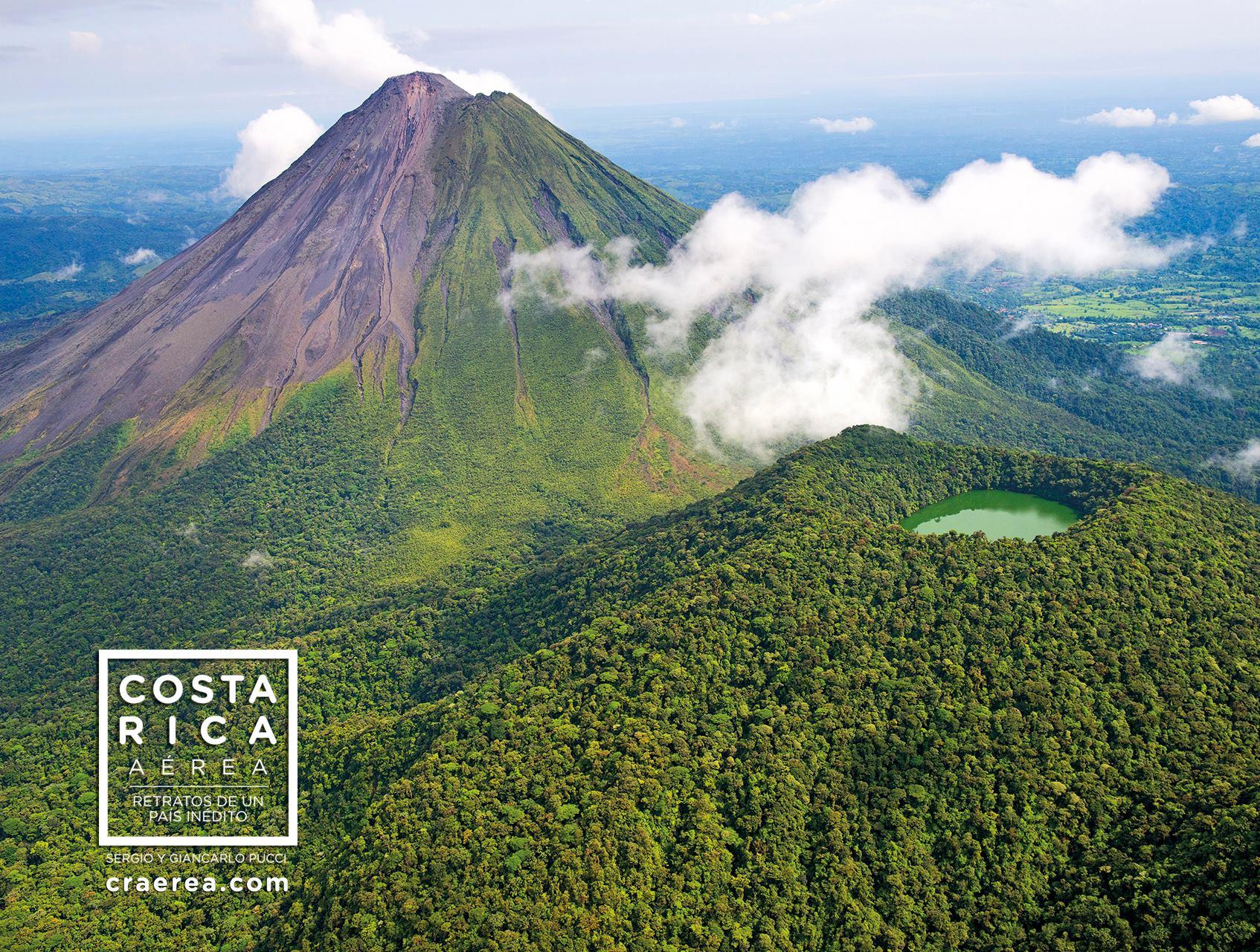 Cerro Chato y Volcán Arenal. Foto de Costa Rica Aérea