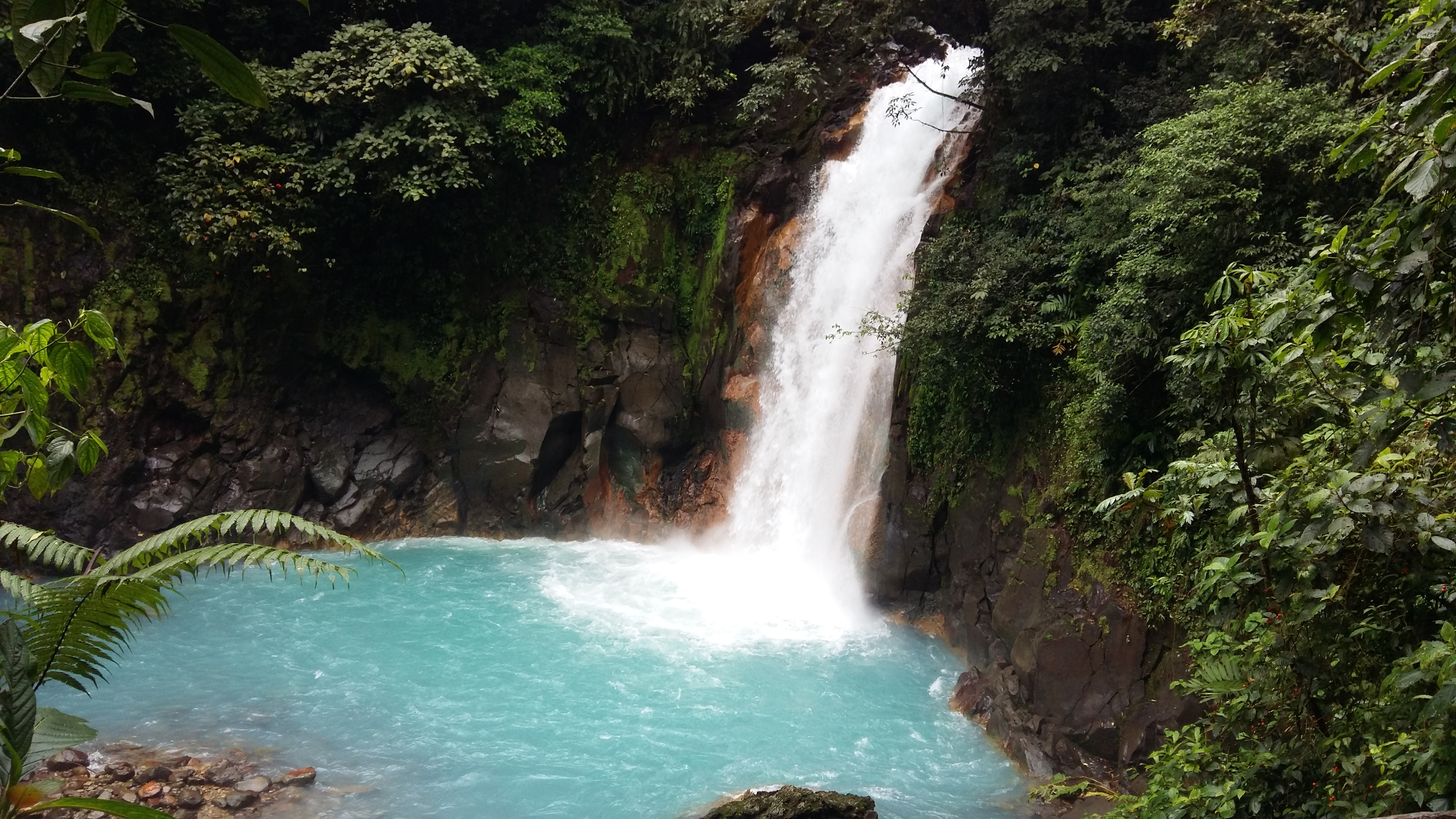 Diseo de cascadas para jardin beautiful fuentes de jardin for Piedras para cascadas