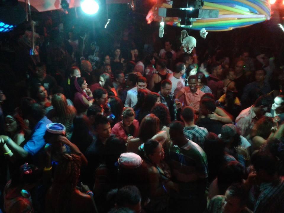 gente_bailando_castros_bar